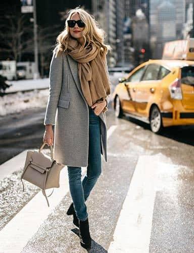 Maxi sciarpa tricot sul cappotto